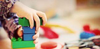 Niño sufre severos daños tras chupar la pintura de sus juguetes