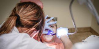 Hay que cepillarse correctamente los dientes para evitar caries y mal aliento