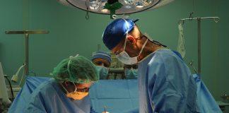 Cirujanos se confunden y extirpan parte del colon al paciente equivocado