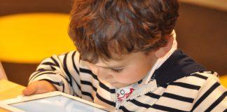 Para crecer sanos, los niños tienen que pasar menos tiempo frente a una pantalla