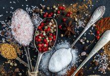 La Organización Mundial de la Salud recomienda la ingesta de cinco gramos de sal al día, pero la gente suele sólo prestar atención a la que añadimos directamente en los alimentos, utilizando una pizca, sin considerar que otros alimentos también la contienen.