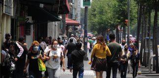 Peatones luchan por su espacio en calles y avenidas