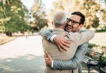 Omitir abrazos sí causa problemas emocionales, advierte especialista de la UNAM