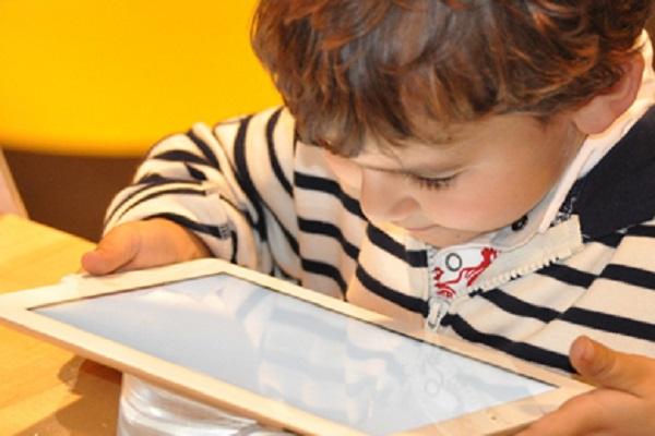 Una prolongada exposición a pantallas podría dañar la salud de los niños