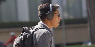 Mil 100 millones de personas podrían perder la audición por usar audífonos