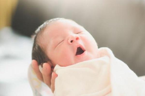Hipo en recién nacidos ayuda a regular su respiración, según estudio