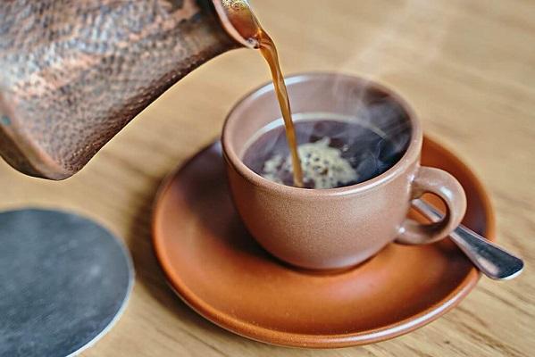 Beber más de 2 tazas de café al día reduce la mortalidad, revela estudio