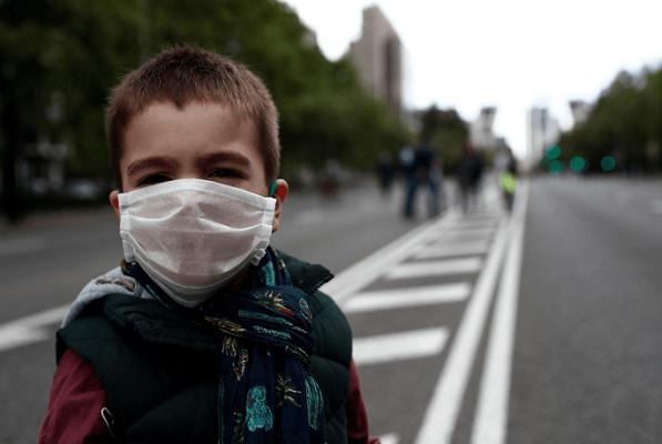 Usar cubrebocas no afecta la salud de los niños