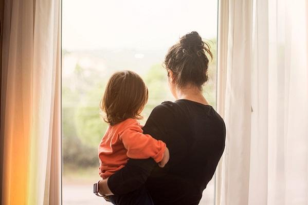 Las madres solteras descansan más que las casadas