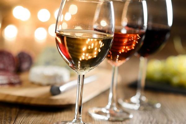 Tomar vino no ayuda a perder peso