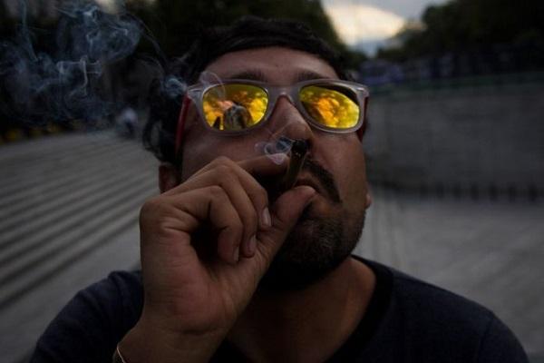 Expertos alertan riesgos de fumar mariguana en la adolescencia