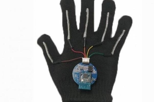 Crean un guante capaz de traducir el lenguaje de signos al habla en tiempo real