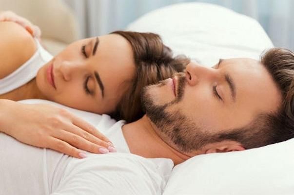 Dormir en pareja tiene efectos beneficiosos, apunta estudio