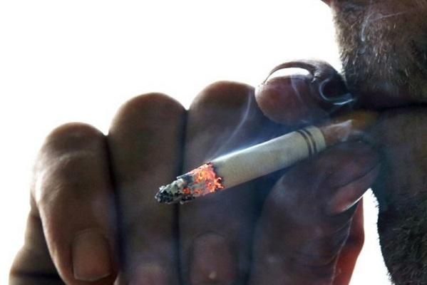 """Estudio ve """"muy probable"""" que tabaquismo empeore Covid-19"""
