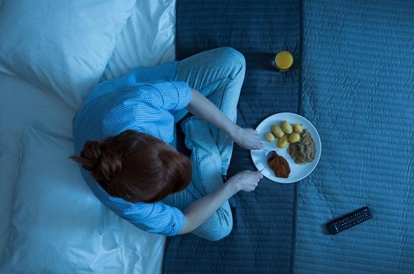 Cenar tarde puede hacer que subas de peso, alerta estudio