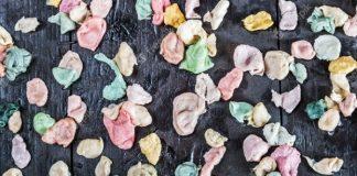 Revelan bacterias que se encuentran en un chicle masticado